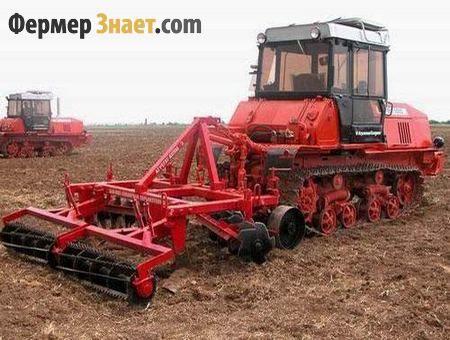 Трактор оре землю