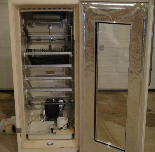 Обшивка корпусу інкубатора, зробленого з холодильника