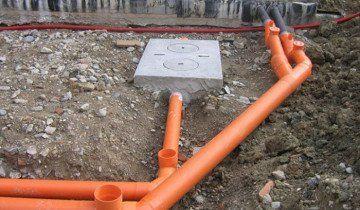 Фото процесу укладання каналізаційних труб, infohamster.ru