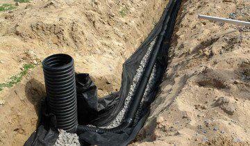 Фотографія труб, підведених до дренажного колодязя, landscape-project.ru