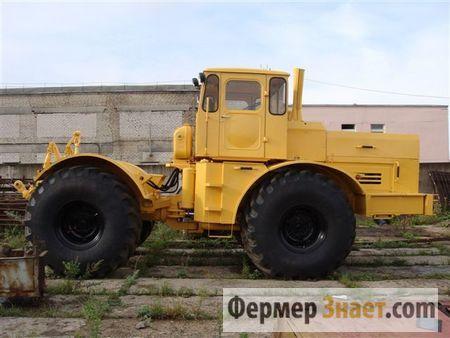 Трактор біля тракторного парку