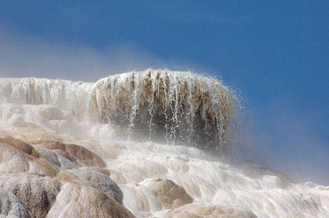Вирує вода в гарячому джерелі