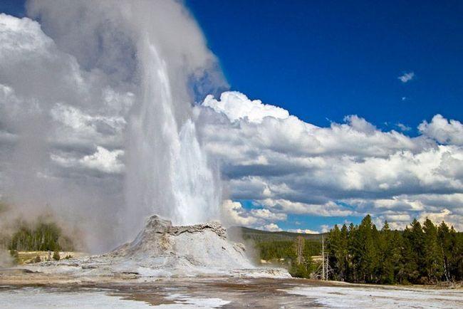 Ще один гейзер - Замок - викидає стовп води на висоту 40 м
