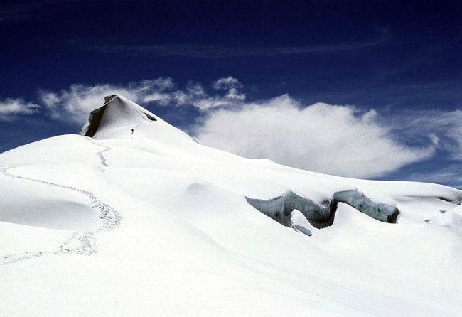 Люди, що приїжджають в Національний парк Колумбії Cocuy альпіністи піднімаються на вершину Рітакуба Бланко висотою майже 5,5 кілометрів