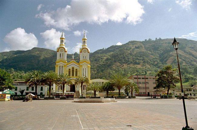 Церква, що виходить фасадом на міську площу в Боавіта, розфарбована по-тропически яскравими фарбами.