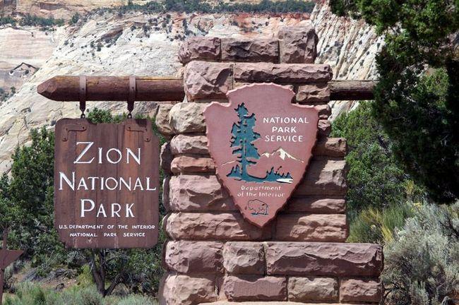 Вивіска на в`їзді в національний парк Зайон в стилі кантрі.