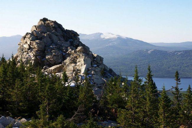Високогірне озеро Зюраткуль - головна визначна пам`ятка парку.