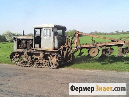 Трактор з плугом