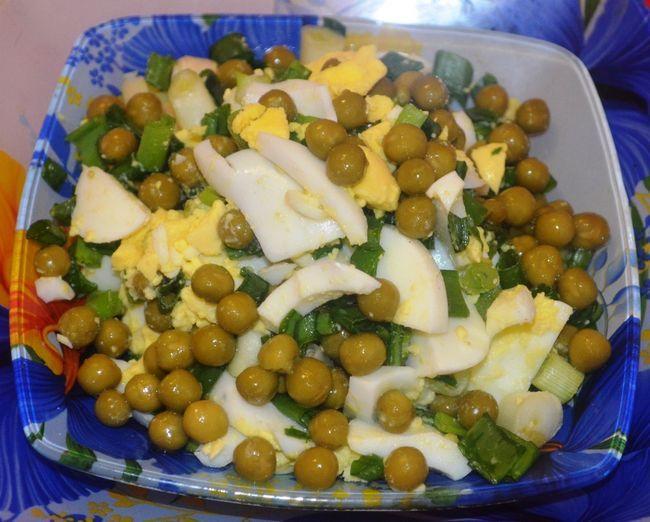 Низькокалорійний салат з зеленої цибулі, з горошком і яйцем.