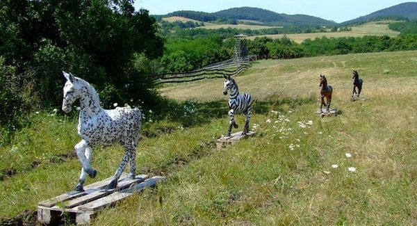 Моделі коней у натуральну величину, використані в експерименті (фото авторів дослідження).