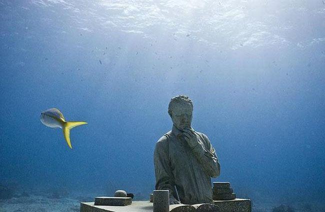 З листопада минулого року чотири скульптури художника Джейсона де Кейреса Тейлора були опущені під воду, включаючи «Збирача мрій», зображеного на фото.