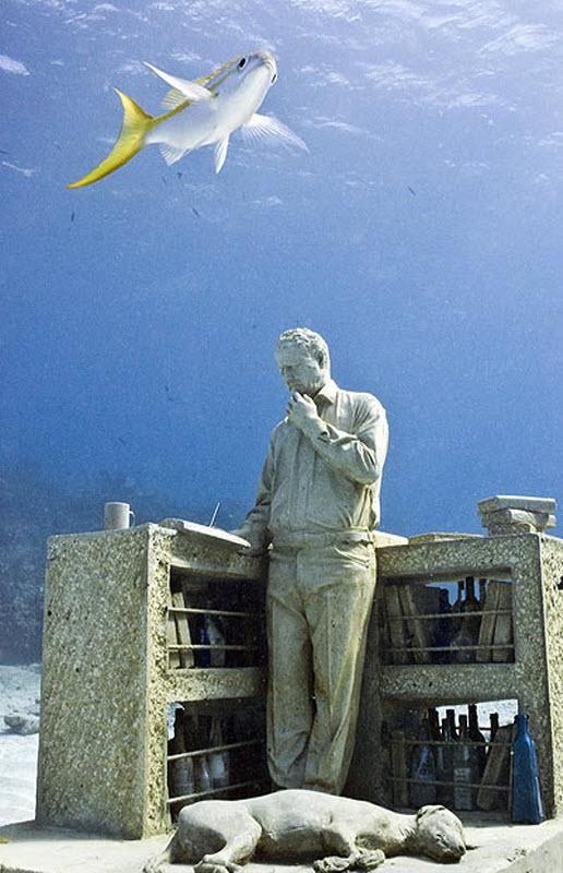 У скульптурі десятки пляшок з повідомленнями з усього світу.