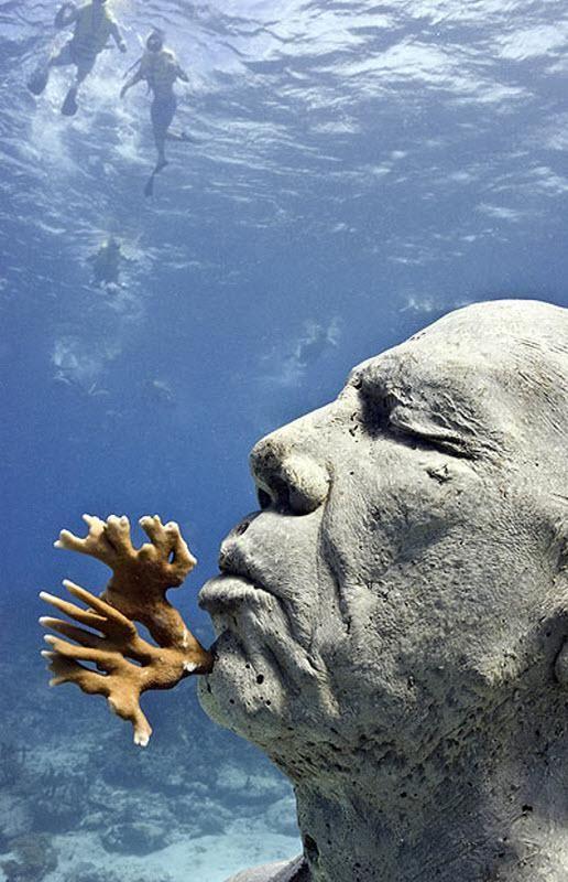 У цій скульптурі «Людина в огні» - 75 дірок, з яких ростуть вогненні корали.