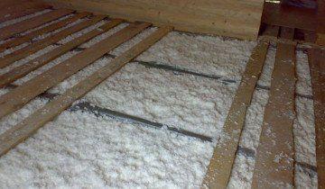 На фото утеплення підлоги пензлем, budmagazin.com.ua