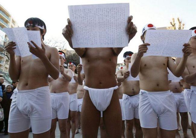 Учасники читають писання перед розбризкуванням крижаної води. (REUTERS / Kim Kyung-Hoon)