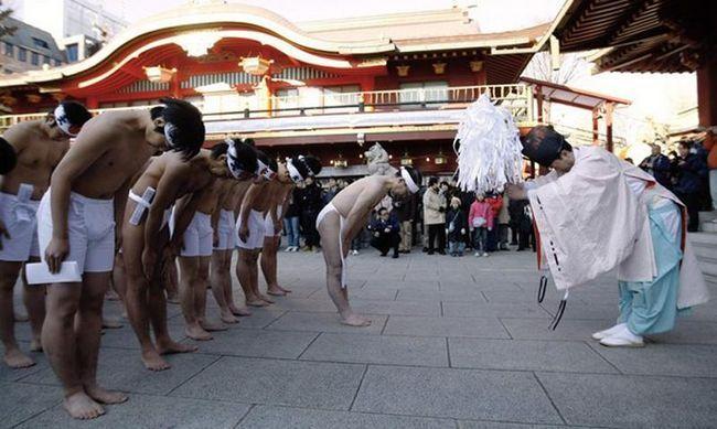 Для здійснення ритуалу десятки віруючих зібралися в центрі Токіо. (REUTERS / Kim Kyung-Hoon)