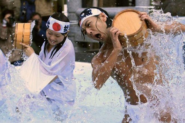 Приймати такого роду ванни для теплолюбних японців справа не проста. У цьому році в ритуалі взяли участь кілька жінок. (REUTERS / Kim Kyung-Hoon)