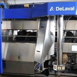 Робот дояр відео   робот доїть корів