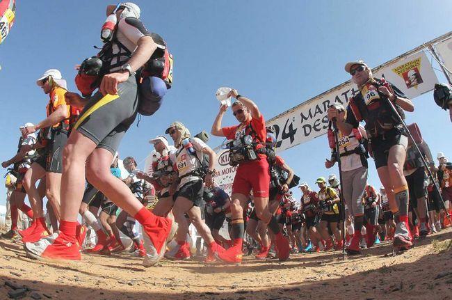 Деякі з 812 учасників 24-го Піщаного марафону стартують в третьому колі в пустелі Сахара в 300 км на південь від Кварзазате 1 квітня 2009 року. Це старт 90-кілометрового кола, що триває два дні і одну ніч в 5-денний гонці на різних поверхнях. Учасники повинні нести все необхідне самі. Кожен день їм виділяється тільки 9 літрів води і одна палатка. (AFP / Getty Images / Pierre Verdy)