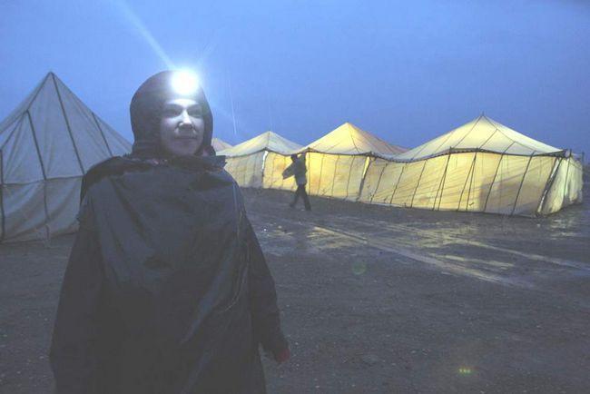 За день до старту 24-го Піщаного марафону в пустелі Сахара в 300 км на південь від Кварзазате. Французький бігун чекає в затопленому після зливи таборі. Марафон почали на день пізніше через дощ, а маршрут довелося змінити. (AFP / Getty Images / Pierre Verdy)