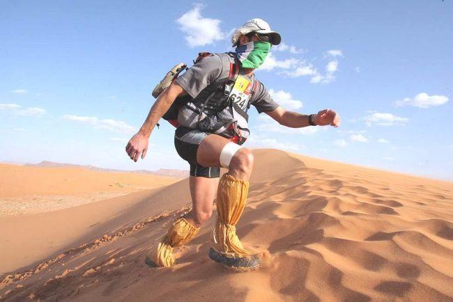 Учасник марафону підіймається по піщаній дюні в 300 км на південь від Кварзазате 1 квітня 2009 року. Піщаний марафон вважається найскладнішим в світі. Учасникам доводиться пройти понад 200 км за 7 днів по Сахарі. У цьому марафоні взяло участь 812 чоловік. (AFP / Getty Images / Pierre Verdy)