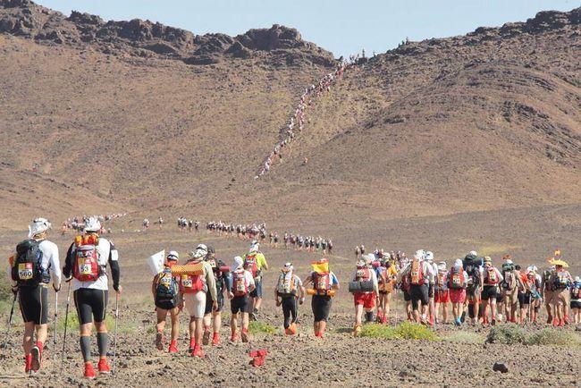 Учасники 24-ого Піщаного марафону в 1 км від старту на четвертому і останньому колі в 42 км в пустелі Сахара. Через погані погодні умови організатори марафону вирішили прибрати перший і останній кола змагання, а також змінити маршрут. Піщаний марафон вважається найважчим у світі, він покриває дистанцію, рівну шести звичайним марафонам. (AFP / Getty Images / Pierre Verdy)