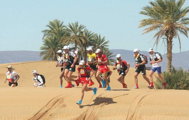 Учасники 24-го Піщаного марафону в пустелі Сахара 30 березня підіймаються на першу дюну в 300 км на південь від Кварзазате в Марокко. (AFP / Getty Images / Pierre Verdy)