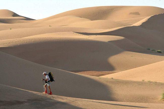 Один з 812 учасників 24-го Піщаного марафону під час другої стадії змагання в пустелі Сахара в Ерг Знаігі 31 березня 2009 року. Учасники повинні нести провізію на власних плечах. Кожен день учасникам надається лише 9 літрів води і одна відкрита намет. (AFP / Getty Images / Pierre Verdy)