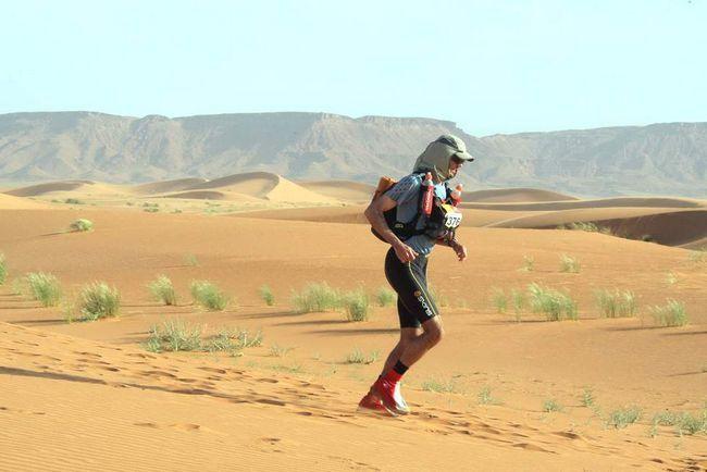 Учасник марафону біжить на третьому етапі по пустелі Сахара в 300 км на південь від Кварзазате 1 квітня 2009 року. (AFP / Getty Images / Pierre Verdy)