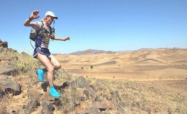 Учасник з Словаччини Антон Венсел біжить по кам`яній доріжці 3 березня 2009 року на четвертому етапі 24-го Піщаного марафону в пустелі Сахара в 300 км від Квазазате. (AFP / Getty Images / Pierre Verdy)