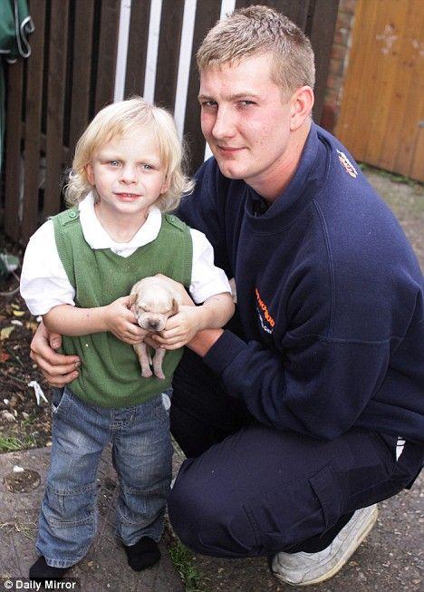 4-річний Daniel Blair, зображений з інженером Dyno-Rod і Dyno щеня, випадково змитий в унітаз, після спроби помити його.