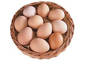 Курячі яйця в кошику