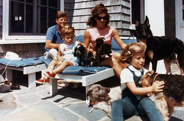 Численні собаки Кеннеді - він став першим президентом, в якому вимагали, щоб його собак завжди виводили зустрічати президентський вертоліт.
