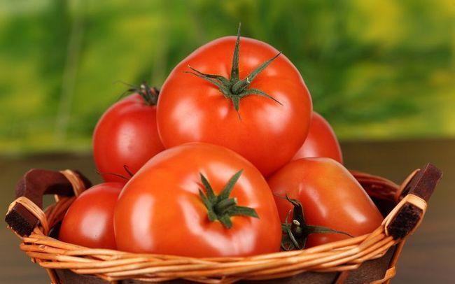 Поради городнику: чому тріскаються томати?