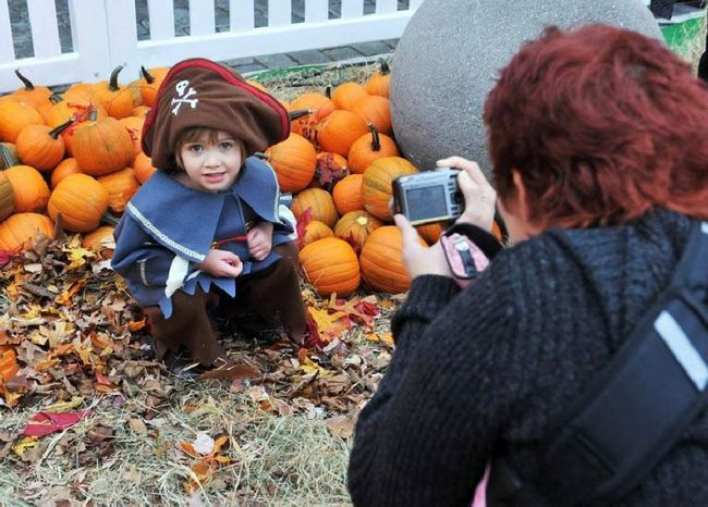 Жінка фотографує дитини на ярмарку гарбузів в Манхеттені 23 жовтня. (Henry S. Dziekan III, Getty Images)