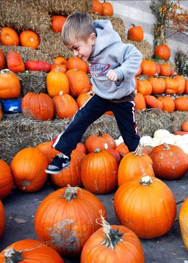 Хлопчик стрибає через гарбуза на ринку «Fresh Farms» в Чикаго 18 жовтня. (Nam Y. Huh, AP)