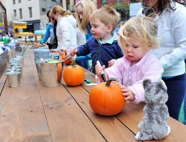 Діти прикрашають гарбуза на ярмарку на Манхеттені 23 жовтня в Нью-Йорку. (Henry S. Dziekan III, Getty Images)