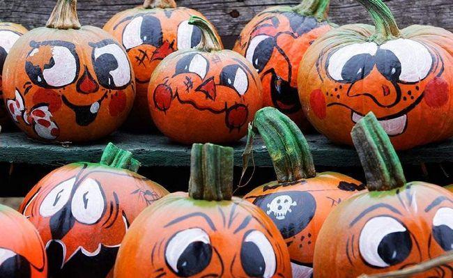 Барвисті особи прикрашають гарбуза на фермі Смолак в Північному Андовере, штат Массачусетс, 15 жовтня. (Charles Krupa, AP)
