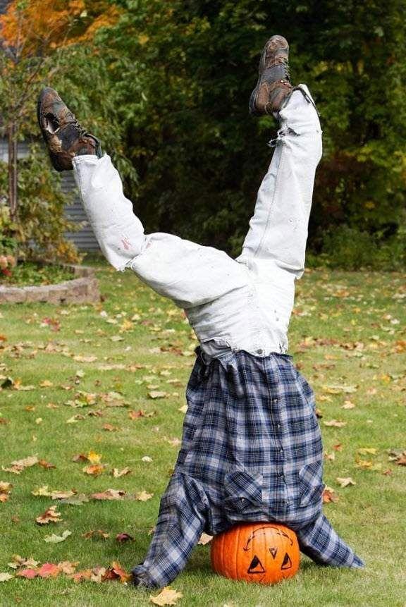 Фігура з головою з гарбуза стоїть на голові у дворі в Мейфілд Хайтс, штат Огайо, 22 жовтня. Спочатку Хеллоуїн святкували в пам`ять про мертвих в переддень Дня всіх святих, а також на честь закінчення сезону збору врожаю. Але тепер це свято і для дітей і для дорослих, у яких є привід вирядитися в привидів і відьом і подуріти. (Tony Dejak, AP)