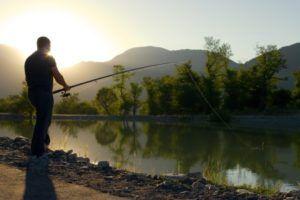 Аматорська риболовля на увазі відпочинок на березі тихого озера або річки