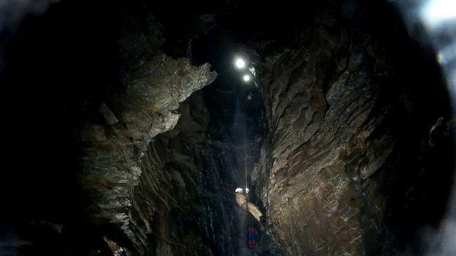 Спускаючись в глибини скельних порід можна відчути всю міць земних надр.