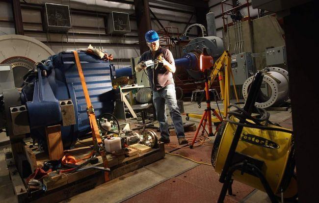 Головний технік Ед Оверлей готує до випробування коробку передач вітродвигуна в Національній лабораторії поновлюваних джерел енергії на околиці Болдера, штат Колорадо. Національна лабораторія поновлюваних джерел енергії - американський лідер досліджень і розробок джерел відновлюваної енергії - чекає на поповнення в своїх фондах, так як адміністрація Обами робить все більший акцент на «зеленої» енергії. Відділення Департаменту енергетики зосереджено на випробуванні та поліпшенні технологій вітряної, сонячної та біопаливної енергії, які потім переробляються в приватний сектор. (Getty Images / John Moore)