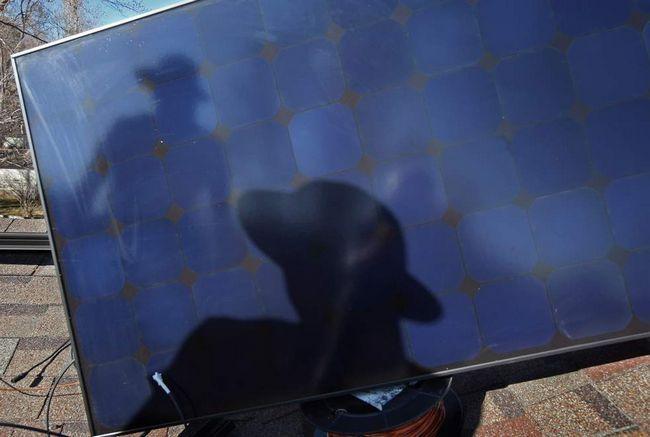 Головний монтажник Гарі Гантцер готується поставити сонячну панель на дах будинку 4 березня в Болдері, штат Колорадо. (Getty Images / John Moore)