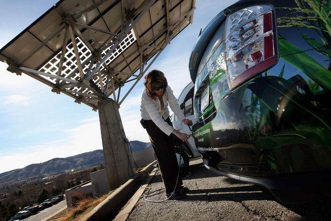 Хізер Леммерс підключає автомобіль «Toyota Prius Hybrid», що заряджається від сонячної панелі в Національній лабораторії поновлюваних джерел енергії 3 березня в Голдені, штат Колорадо. (Getty Images / John Moore)