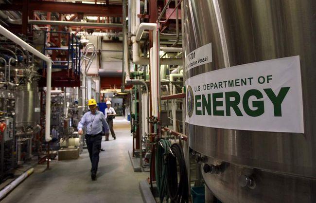 Головний інженер Джим Макміллан йде по цеху центру по випробуванню біопалива в Національній лабораторії поновлюваних джерел енергії 3 березня в Голдені, штат Колорадо. (Getty Images / John Moore)