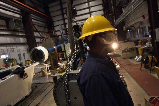 Інженер-механік Даррен Ран показує фотографу агентства «Getty Images» випробувальний центр вітродвигунів в Національній лабораторії поновлюваних джерел енергії 3 березня на околицях Болдера, штат Колорадо. (Getty Images / John Moore)