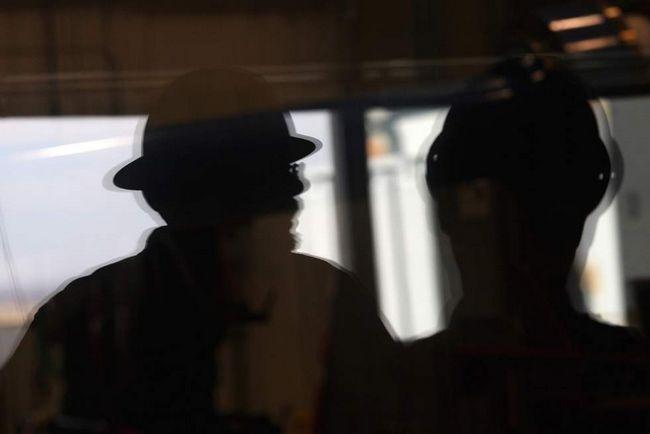 Інженер-механік Даррен Ран показує фотографу агентства «Getty Images» випробувальний центр вітродвигунів в Національній лабораторії поновлюваних джерел енергії 3 березня на околицях Болдера, штат Колорадо. Національна лабораторія поновлюваних джерел енергії - американський лідер досліджень і розробок джерел відновлюваної енергії - чекає на поповнення в своїх фондах, так як адміністрація Обами робить все більший акцент на «зеленої» енергії. Відділення Департаменту енергетики зосереджено на випробуванні та поліпшенні технологій вітряної, сонячної та біопаливної енергії, які потім переробляються в приватний сектор. (Getty Images / John Moore)