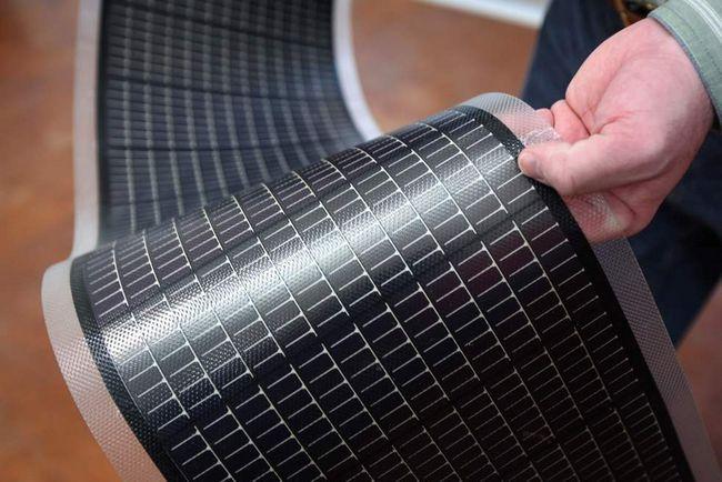 Інженер Стів Роббінс демонструє лист тонкоплівкових сонячних панелей в Національній лабораторії поновлюваних джерел енергії 3 березня в Голдені, штат Колорадо. Тонкоплівкові сонячні панелі коштують відносно небагато і дуже зручні завдяки своїй гнучкості. Саме тому вони домінують на ринку США ось уже два роки. (Getty Images / John Moore)