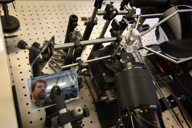Інженер Стів Роббінс проходить повз апарату, який тестує сонячні панелі в Національній лабораторії поновлюваних джерел енергії 3 березня в Голдені, штат Колорадо. (Getty Images / John Moore)