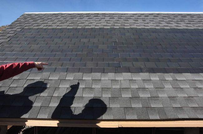Сонячні панелі на плоскій черепиці на даху виробляють енергію під час тестування в Національній лабораторії поновлюваних джерел енергії 3 березня в Голдені, штат Колорадо. (Getty Images / John Moore)